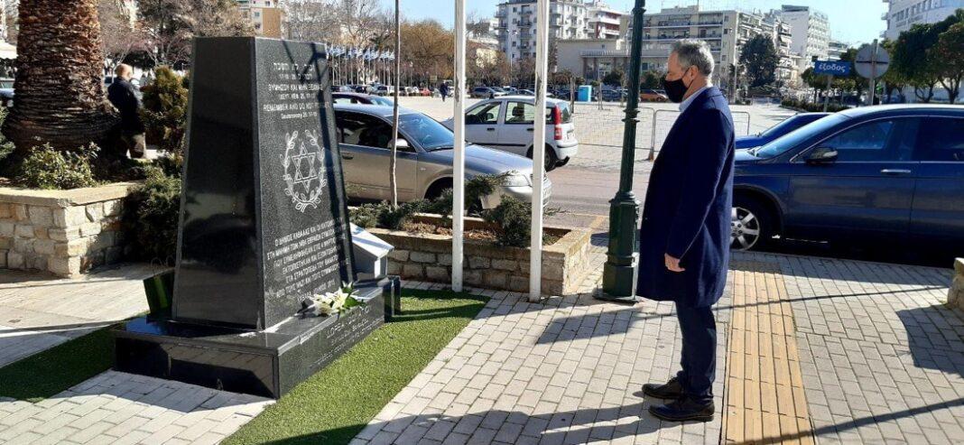 Κατάθεση-λουλουδιών-από-τον-Πρόεδρο-του-Δημοτικού-Συμβουλίου-Καβάλας,-Κώστα-Πεφάνη,-στο-Εβραϊκό-Μνημείο-της-πόλης