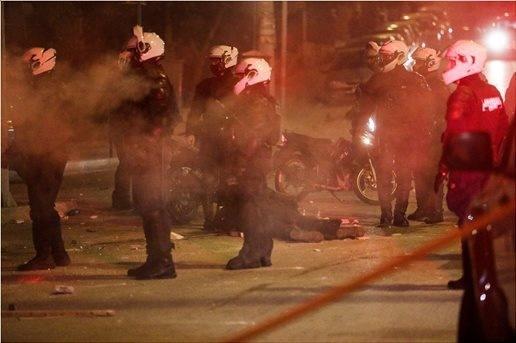Η-φρικτή-νύχτα-στη-Νέα-Σμύρνη:-Τα-επεισόδια-και-η-επίθεση-σε-αστυνομικό:-«Έκαναν-μανιώδεις-κινήσεις-να-μου-βγάλουν-το-κράνος»