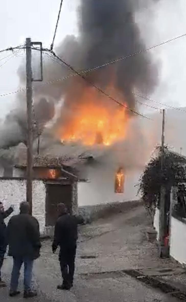 Στις-φλόγες-τυλίχθηκε-κατοικία-στη-Μουσθένη-Παγγαίου-Σώθηκε-την-τελευταία-στιγμή-ηλικιωμένο-ζευγάρι-video