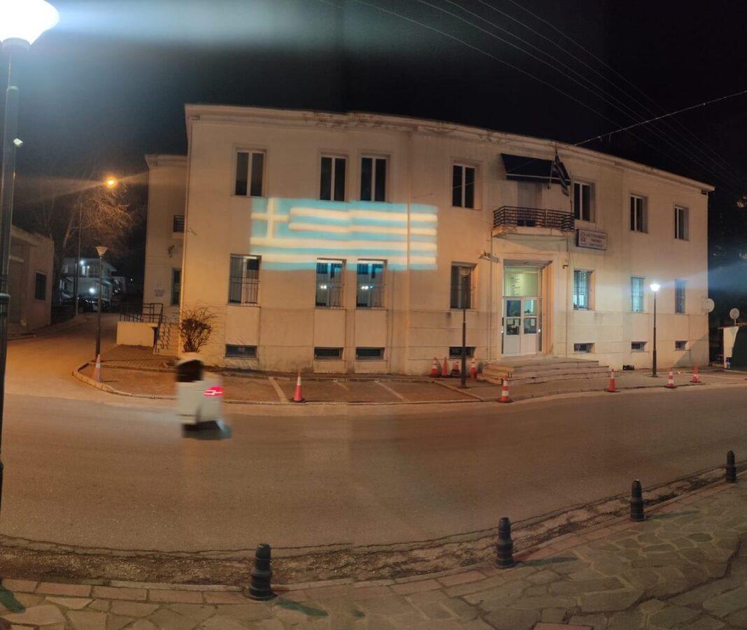 Φωτίστηκε-απο-τον-Δήμο-Παγγαίου-το-Αστυνομικό-Τμήμα-Ελευθερούπολης-με-την-Ελληνική-σημαία