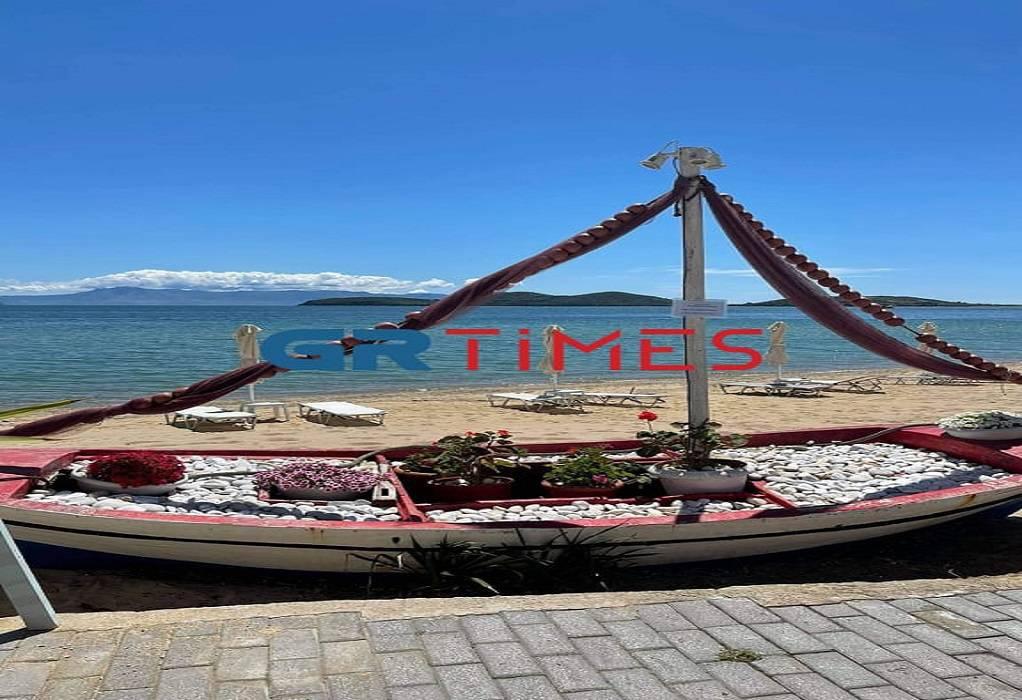Έτοιμα-τα-beach-bars-στους-Αμμόλοφους-–-Ανύπαρκτοι-οι-τουρίστες