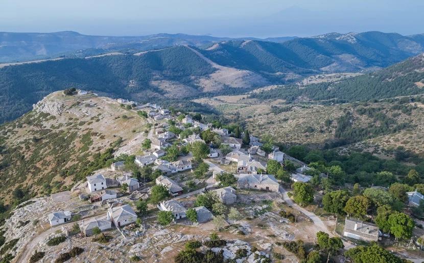 Το-ερημωμένο-χωριό-στη-Θάσο-που-επιβλέπει-το-νησί-από-ψηλά