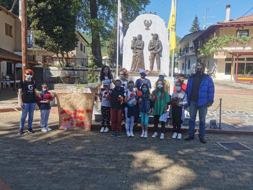 Μαθητές-του-σχολείου-Κεχροκάμπου-κατέθεσαν-λουλούδια-για-την-Γενοκτονία-των-Ποντίων-στο-μνημείο-στην-κεντρική-πλατεία-του-χωριού