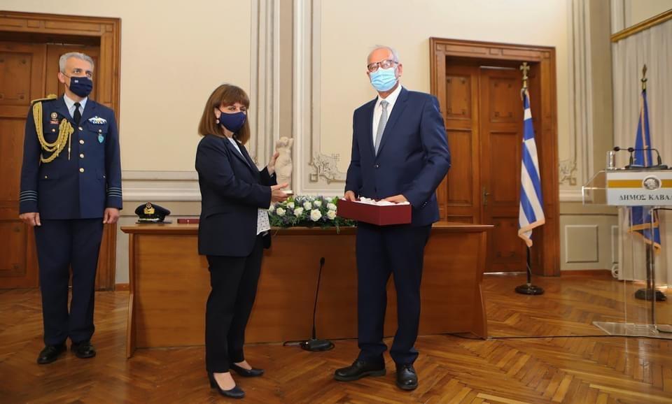 Η-ομιλία-του-Δημάρχου-Καβάλας-στην-τελετή-ανακήρυξης-της-Προέδρου-της-Ελληνικής-Δημοκρατίας,-Κατερίνας-Σακελλαροπούλου,-σε-Επίτιμη-Δημότη-Καβάλας