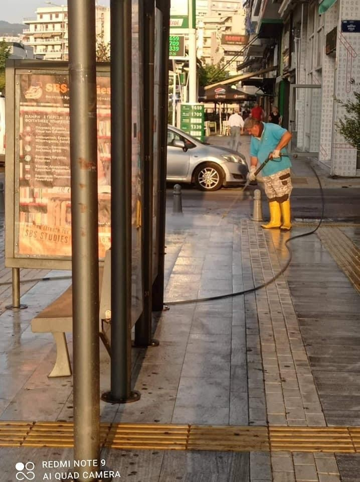 Καθαρισμός-πεζοδρομίων-στο-κέντρο-της-Καβάλας