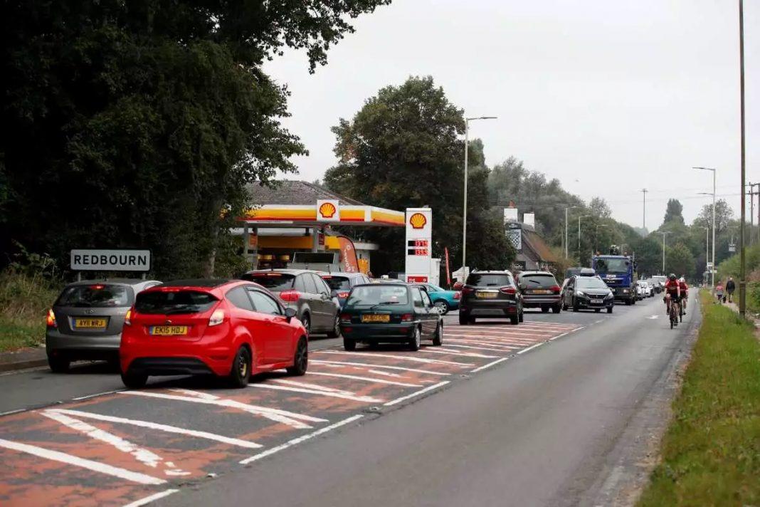 Βρετανία:-Ο-Μπόρις-Τζόνσον-χορηγεί-βίζα-σε-5.000-οδηγούς-φορτηγών-για-να-γεμίσουν-καύσιμα